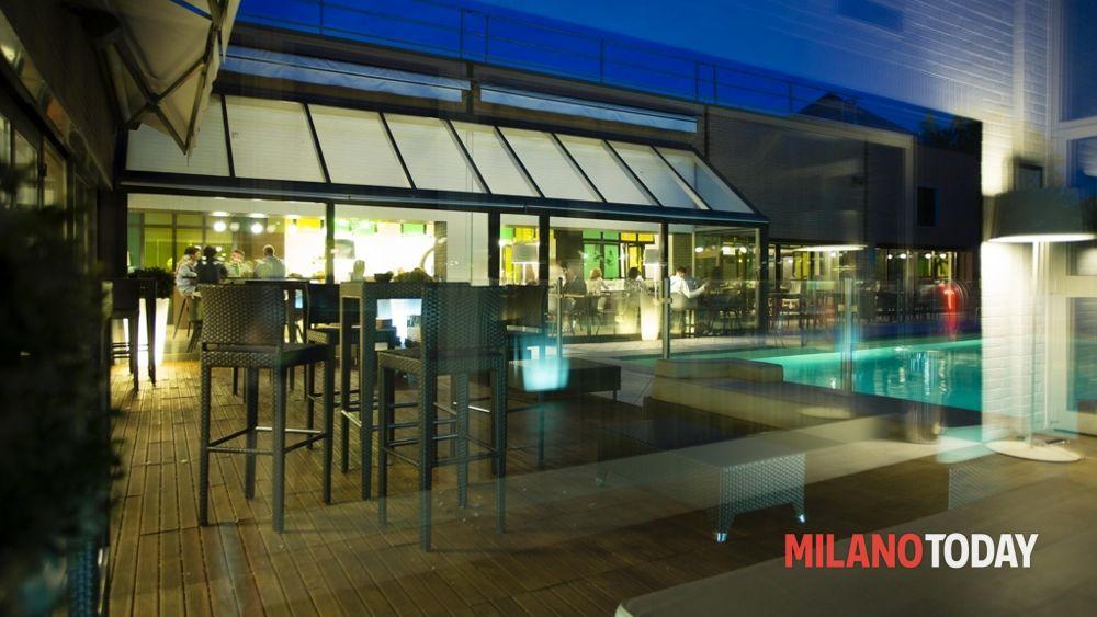 Drink shout aperitivo a bordo piscina al novotel milano for Piscina bollate