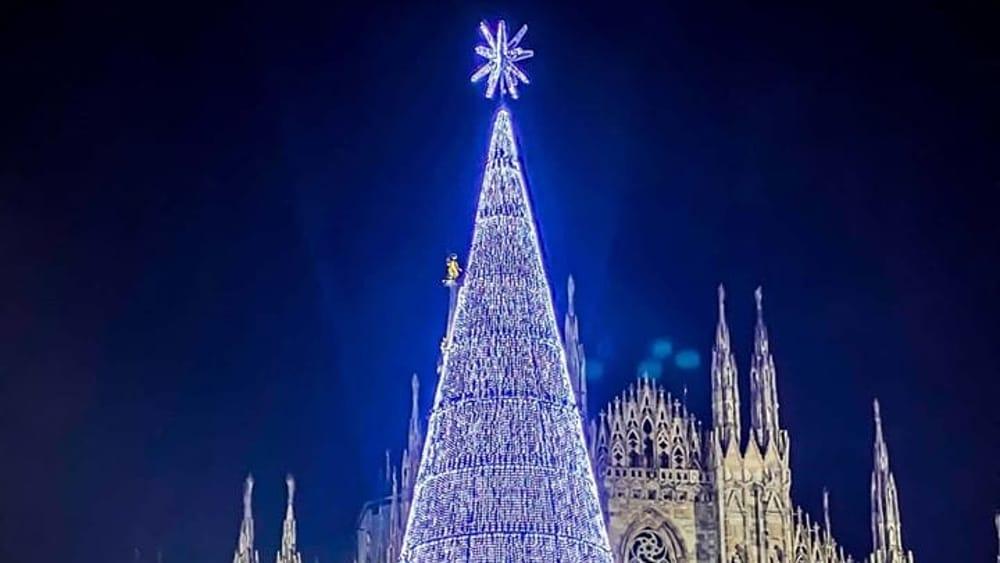 Albero Di Natale Milano.I Politici Di Roma Prendono In Giro Albero Di Natale Esselunga Di Milano 2019