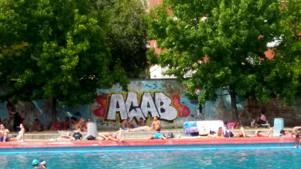 Milano sul muro della piscina romano compare la sigla acab for Piscina lainate