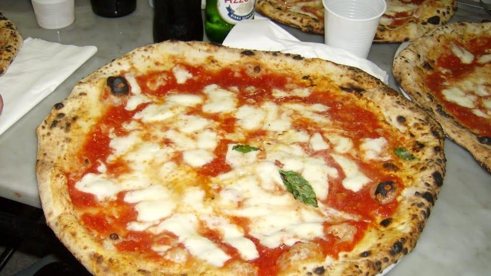 Ricetta Pizza Napoletana Da Michele.Mafia A Milano Il Prefetto Chiude L Antica Pizzeria Da Michele Storico Locale Napoletano