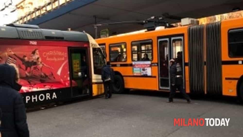 Un filobus e un tram incastrati in viale renato serra a for Viale serra milano