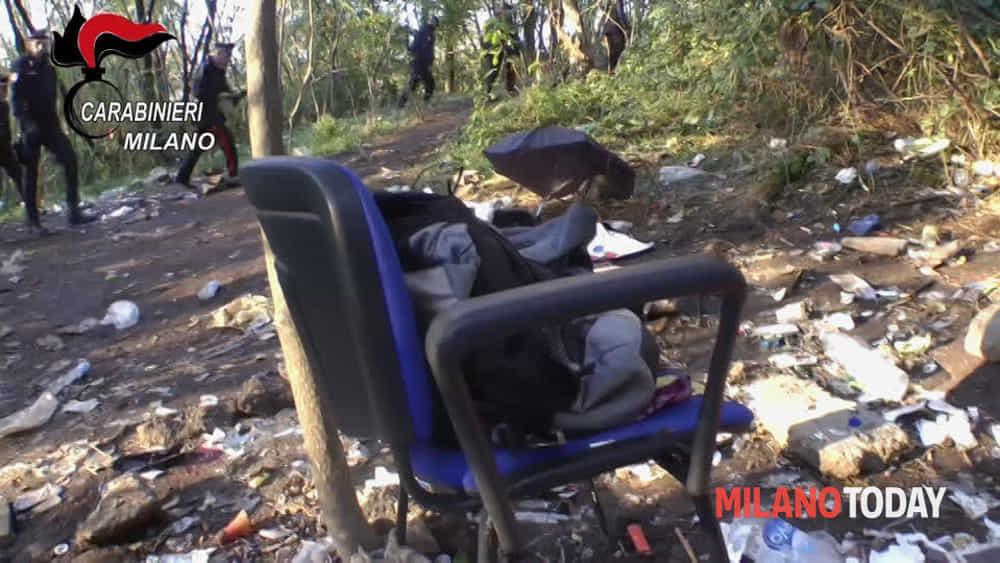 Sedie Via Corelli Milano.Video Con I Carabinieri Nel Bosco Della Droga Di Rogoredo Video