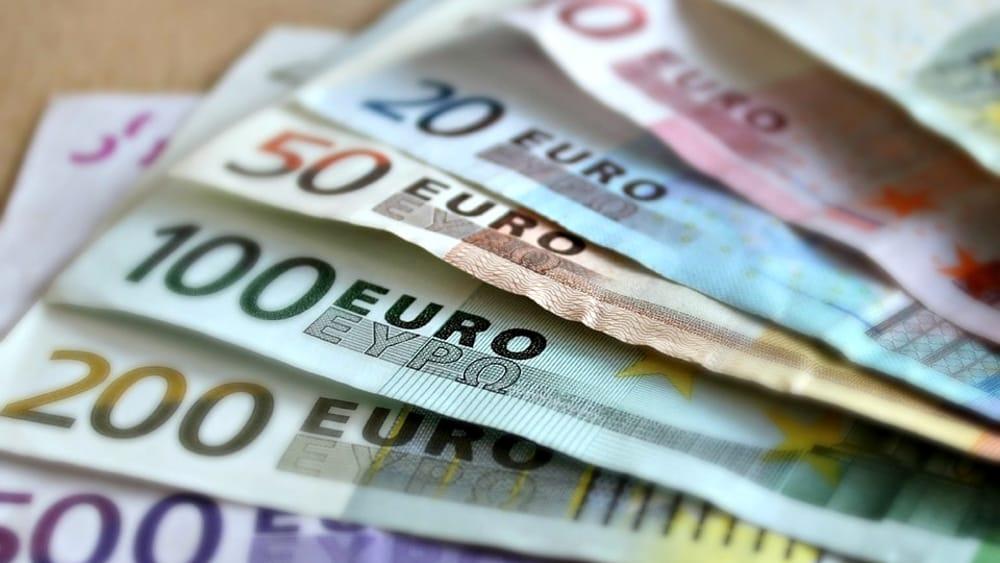 Aumenti in busta paga dal primo luglio: quanti euro in più e a chi spettano? La tabella