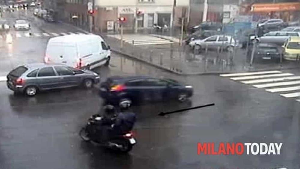 Milano, uomo resiste alla rapina del Rolex al semaforo e mette in fuga i banditi motorizzati - MilanoToday