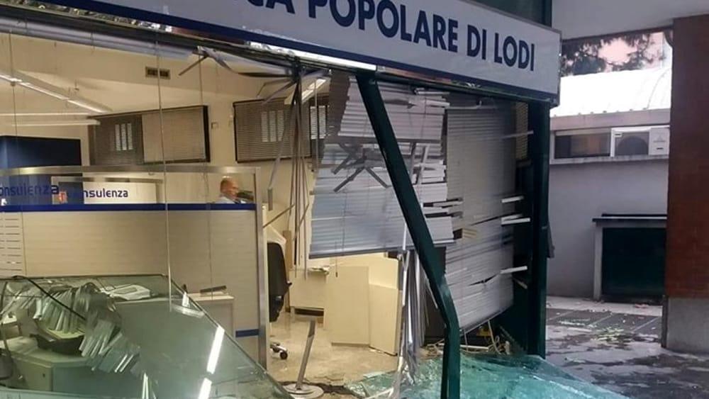 Furto con esplosivo in banca a Senago: la gang fa saltare il bancomat pieno di soldi - MilanoToday