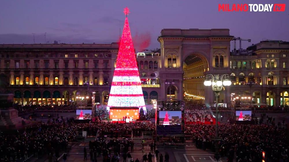 Albero Di Natale Milano 2020.L Albero Che Cambia Quello Che Si Muove E Quello Che Parla Tutti I 18 Alberi Di Natale Di Milano