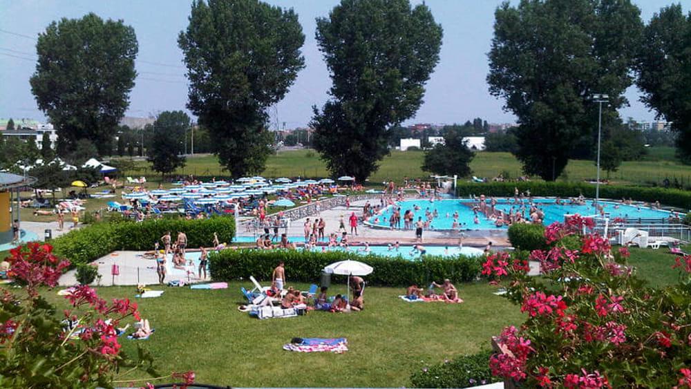 Incidente in piscina a pioltello bambino caduto in for Piscina lainate